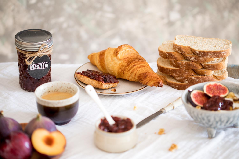Frühstück mit Pflaumenmus aus dem Backofen, Brot und Gebäck