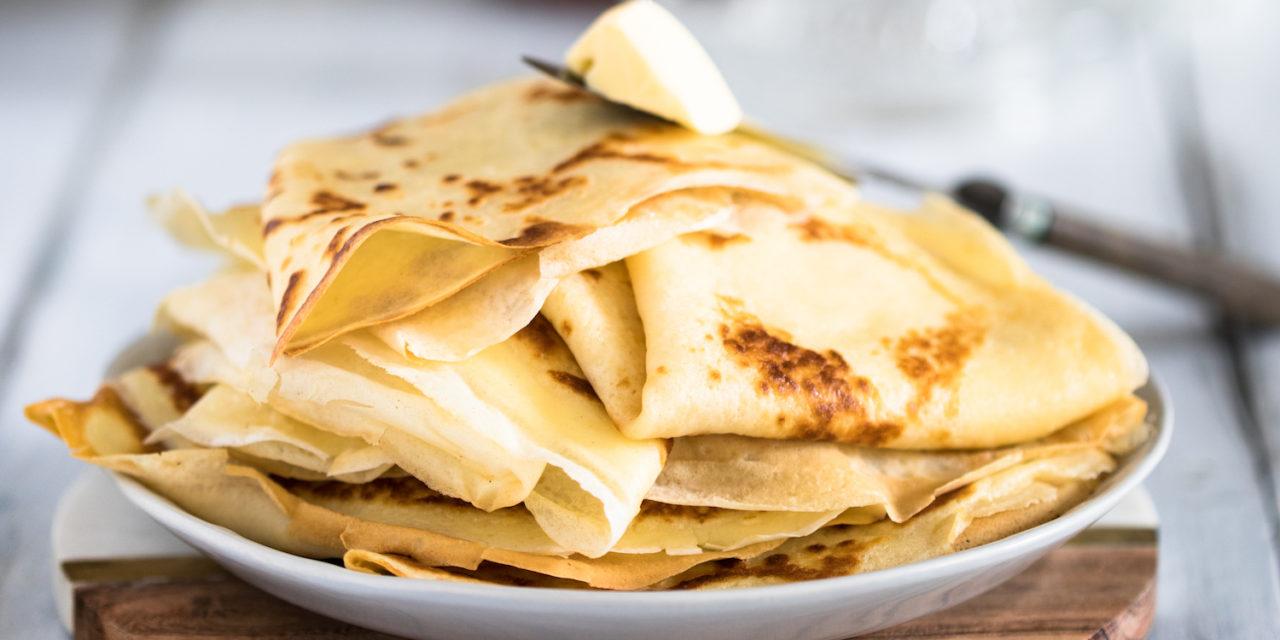 Stapel schwedische Pfannkuchen wie bei Pippi mit Butter und Zitronensaft