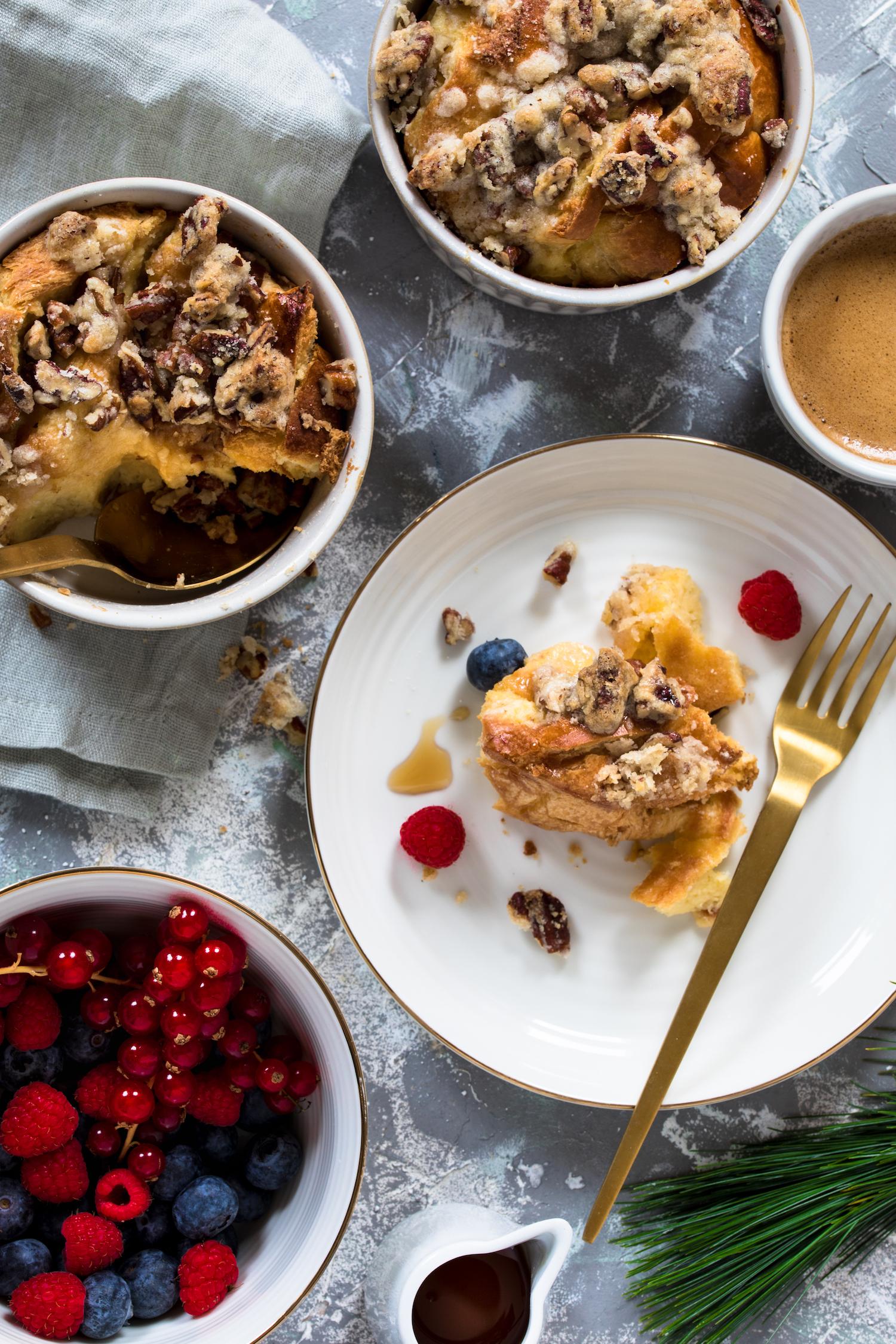 French Toast Brotauflauf zum Frühstück mit Beeren, Ahornsirup und Kaffee.