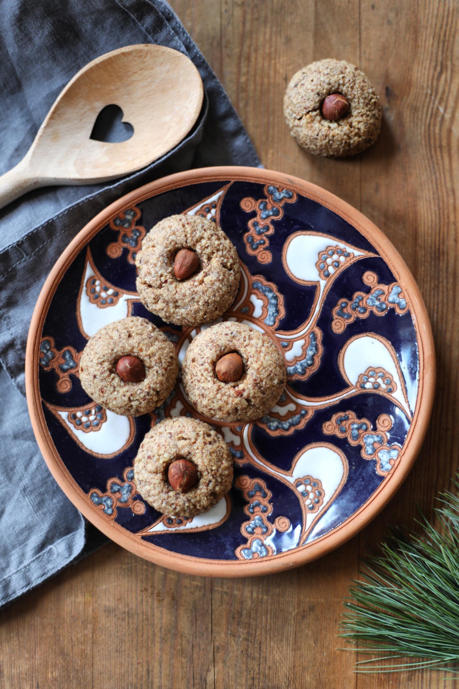 Haselnussmakronen Weihnachtsplätzchen auf einem Teller