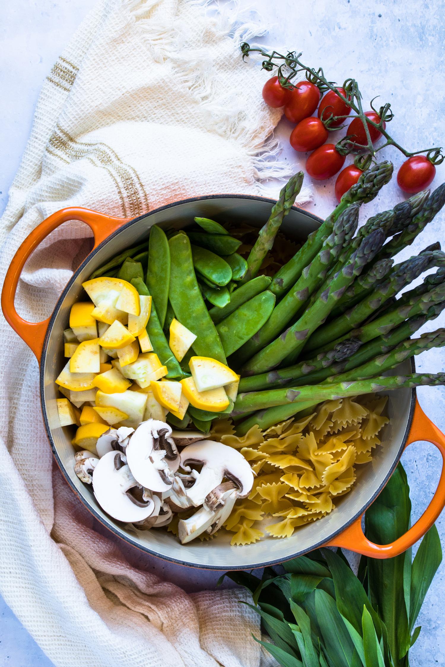 Ich koche die One Pot Pasta Primavera in meinem geliebten Le Creuset Topf.