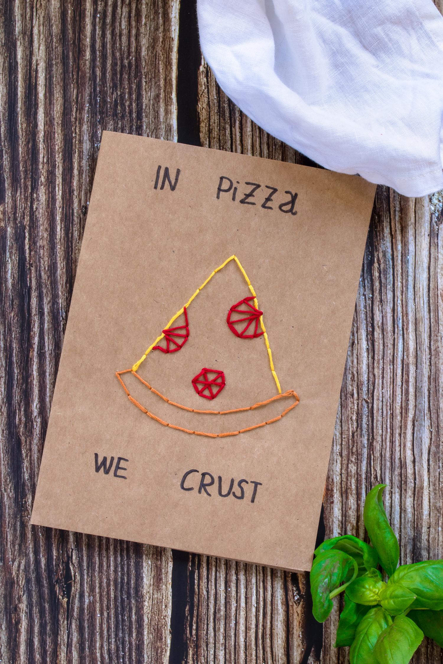 Eine bestickte Karte als Pizzagutschein.