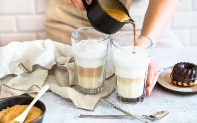Welche pflanzliche Milch macht den besten veganen Milchschaum für Caffe Latte & Co?
