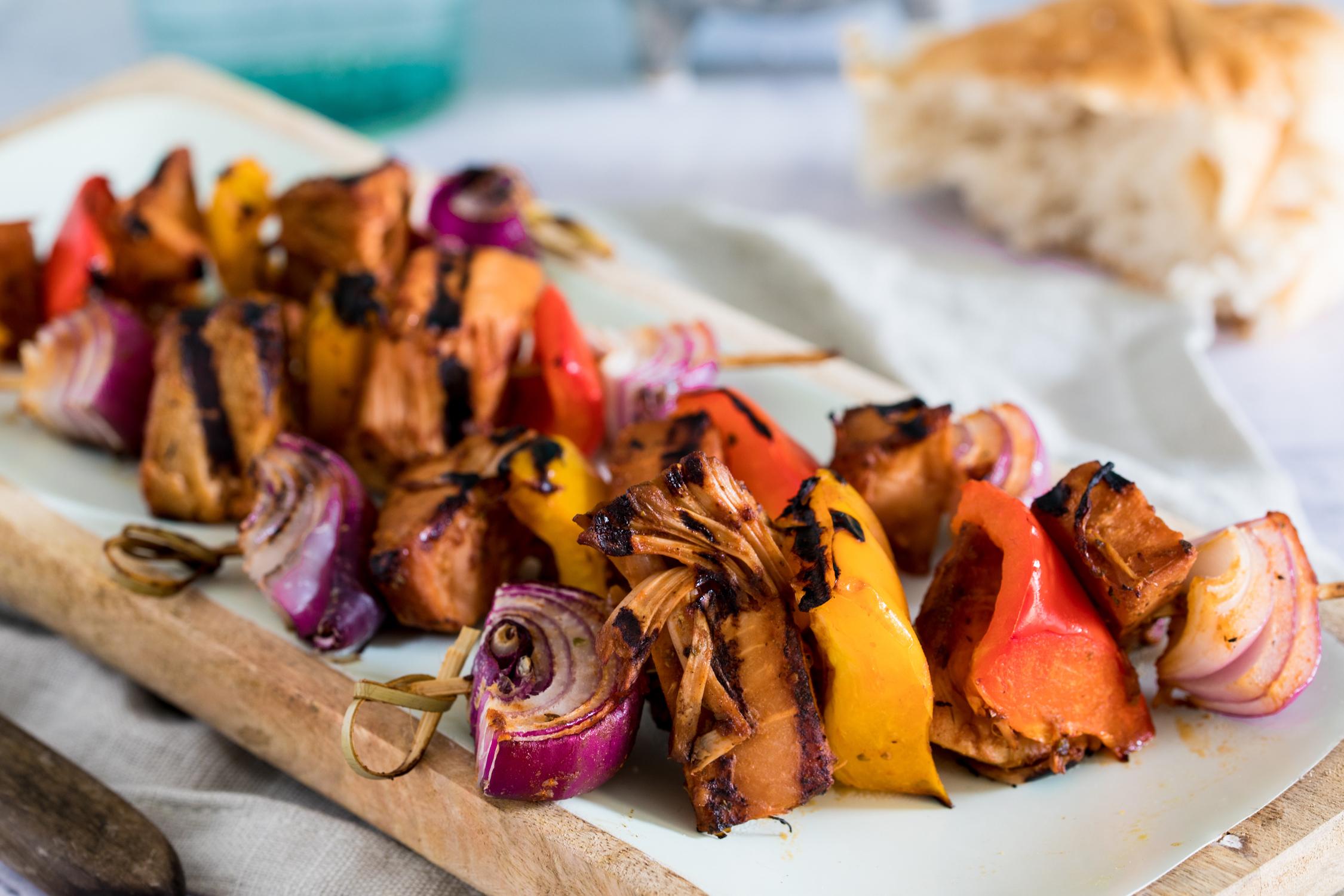 Vegane Schaschlikspieße mit Jackfruit zum Grillen.
