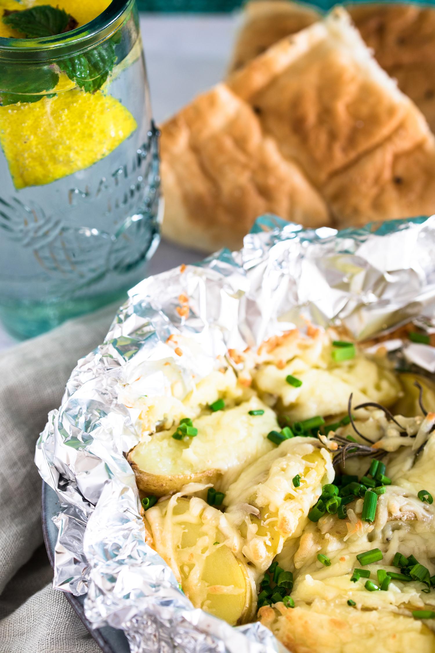 Das Käse-Kartoffelpaket in Alufolie ist schnell gemacht und ein perfektes vegetarisches Grillrezept.