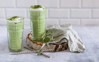 Iced Matcha Latte serviert in hohen Gläsern mit Eiswürfeln.