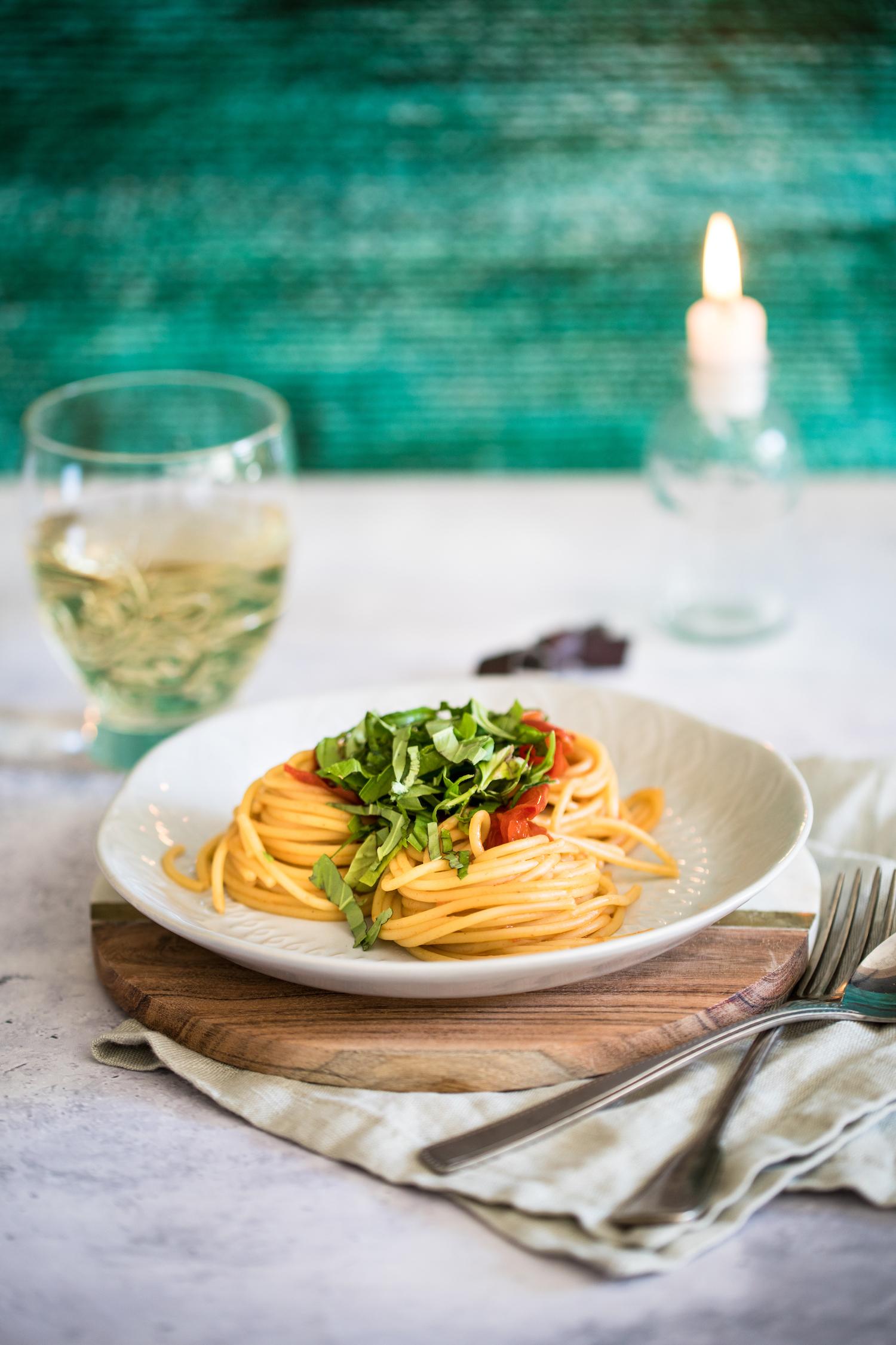 One Pot Spaghetti mit Tomatensauce und Weißwein.