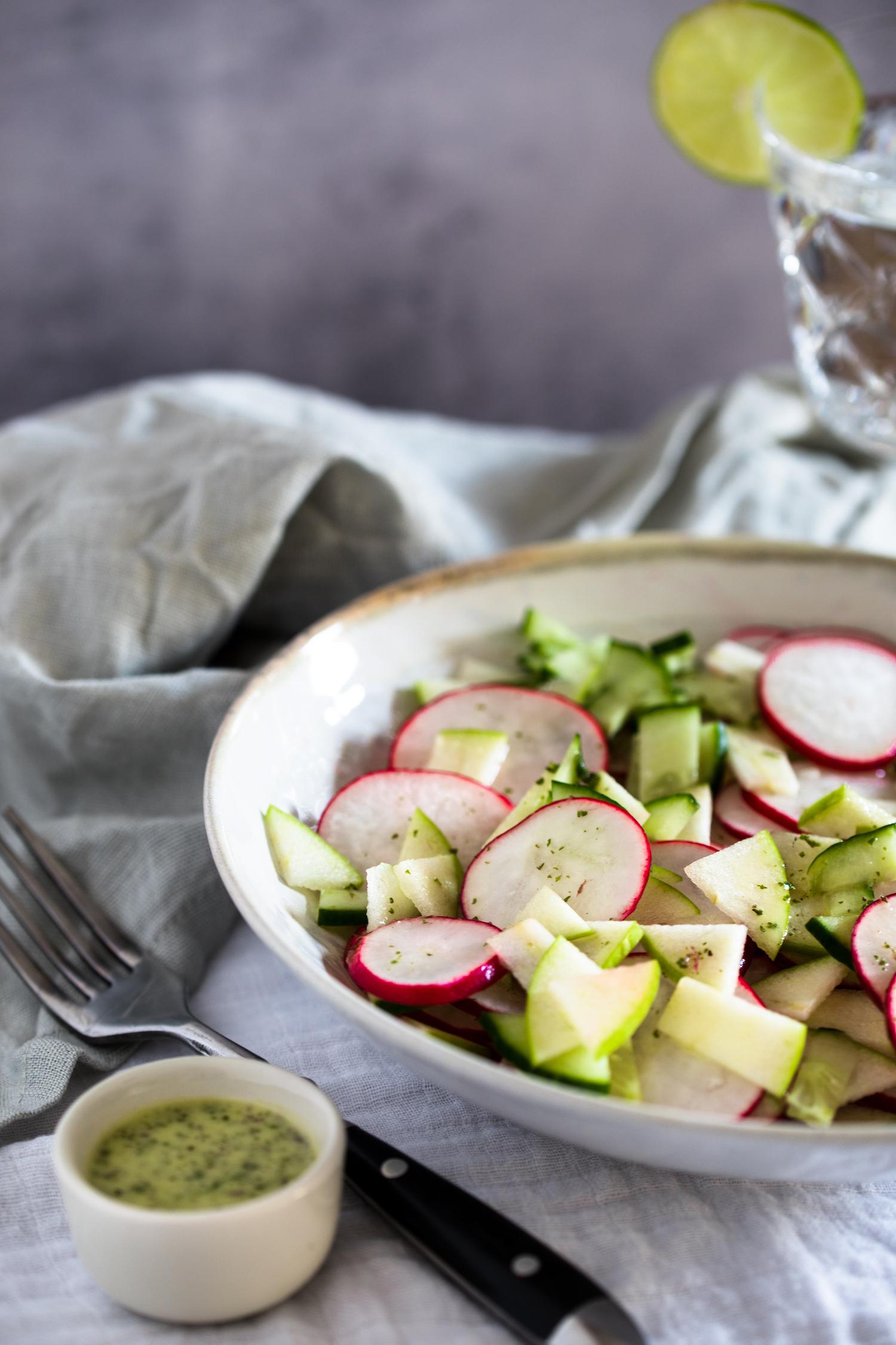 Radieschensalat in einer Schüssel serviert.