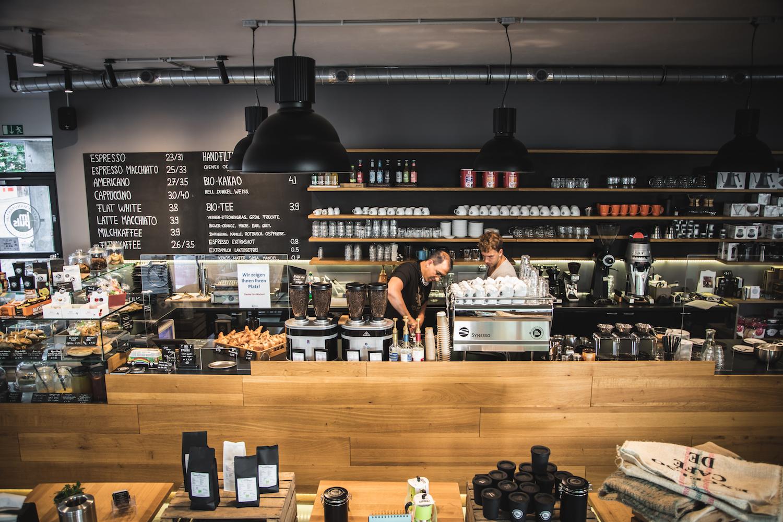 Der Inhaber Rainer Burkhardt bei seiner Arbeit in der impuls Kaffeemanufaktur Kiel.
