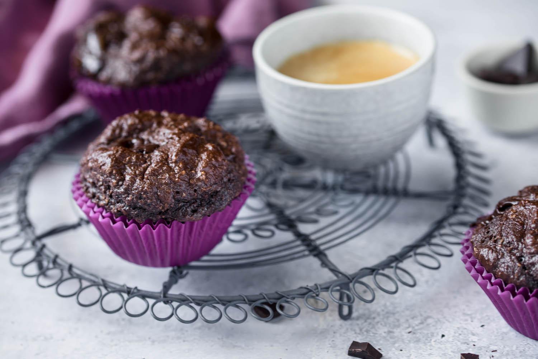 Fluffiger Protein Schoko Muffin mit einer Tasse Espresso.
