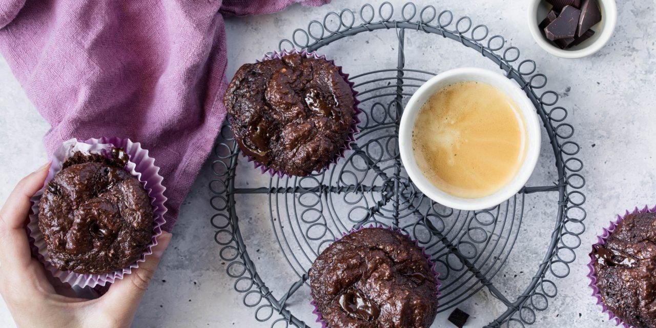 Protein Schoko Muffins, eine Hand, die danach greift und eine Tasse Espresso.