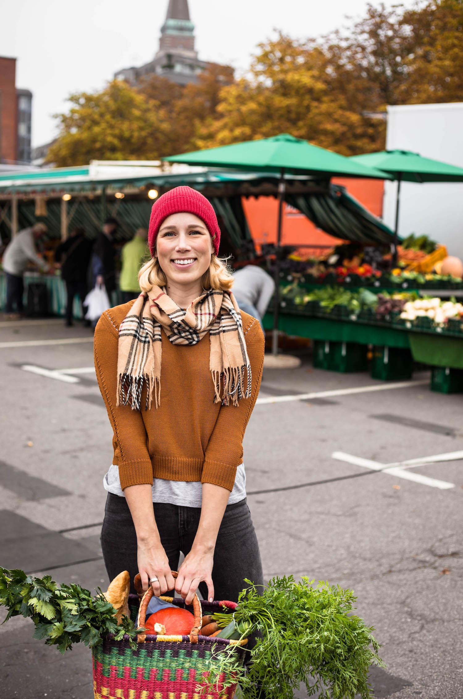 Einkaufen auf dem Kieler Wochenmarkt für den Wurzeleintopf mit Hackbällchen.