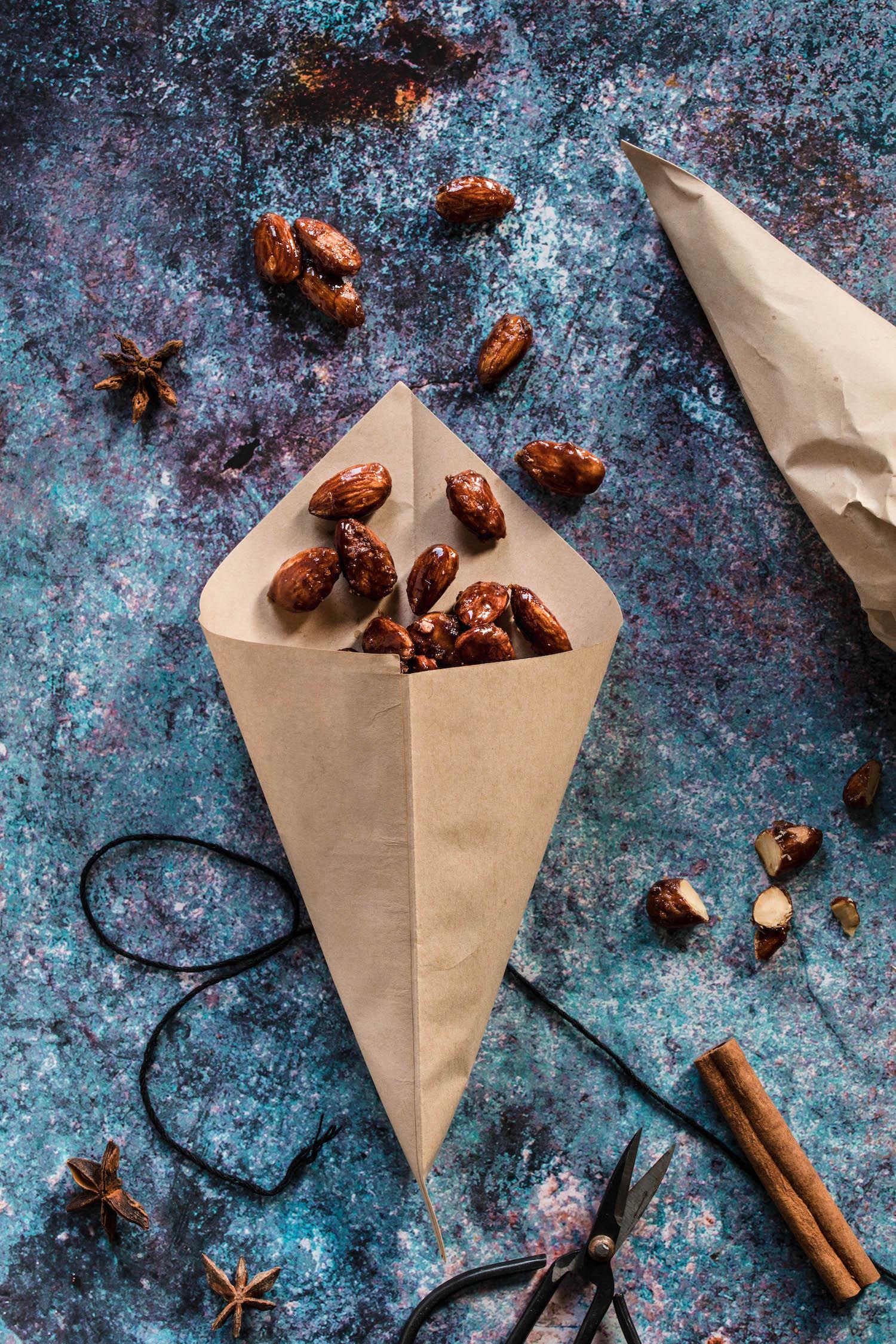 Gebrannte Mandeln in einer braunen Papiertüte wie vom Weihnachtsmarkt.