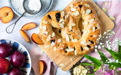 Schneller Maikringel aus Blätterteig gefüllt mit Pflaumenmus und Marzipan.
