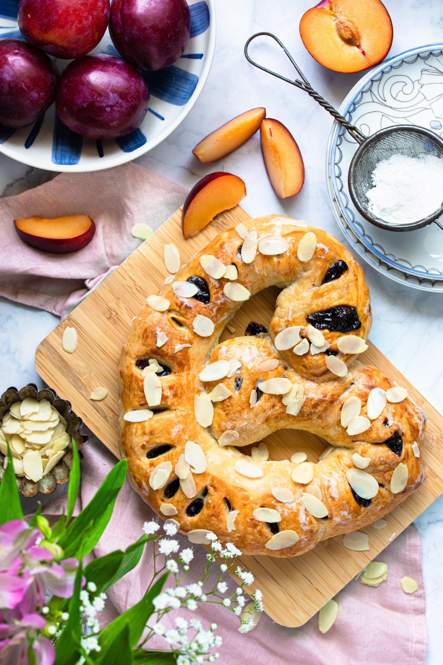 Schneller Maikringel gefüllt mit Pflaume und Marzipan.